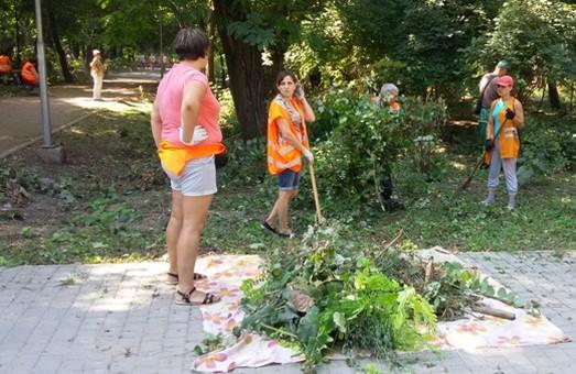 Коммунальщики Одессы провели в Преображенском парке субботник