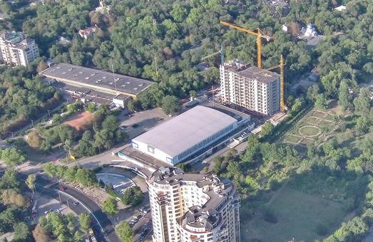 Тендеры на ремонт Дворца спорта отменили, а позади него строят самый высокий дом в Одессе