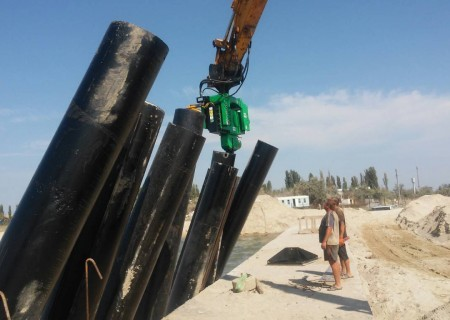 На соединительном  канале  Черное море - Тилигульский лиман забито более 15 тонн труб-свай