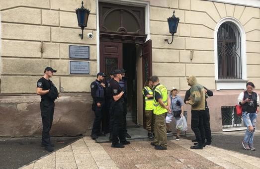 Экс-ректор ОНМедУ Запорожан пошёл на штурм вуза и заблокировал выдачу зарплат и стипендий (ФОТО)