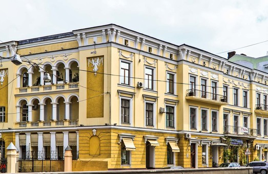 В Одессе на крыше дома напротив школы Столярского возводят нахалстрой (ФОТО, ВИДЕО)