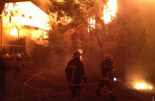 В Одессе горит санаторий на Фонтане (ФОТО)