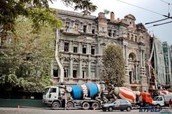 Реставрация дома Руссова: заливают бетон и ставят новые балки из металла (ФОТО, ВИДЕО)