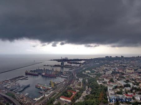 Буйство стихии в Одессе: поваленные деревья и неутешительный прогноз