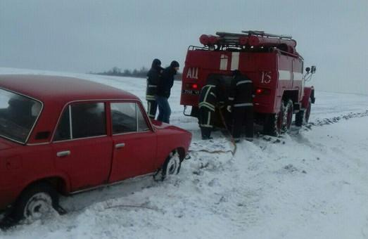 Некоторые дороги Одесской области завалило снегом (ФОТО)
