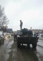 В Одессе армейская бронемашина не разминулась с двумя легковушками (ФОТО)