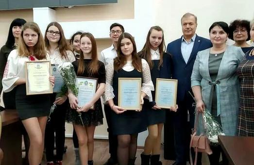 В городе-спутнике Одессы вручили стипендии лучшим детям