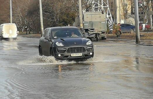 Причиной аварии на водопроводе в Одессе стал незаконный рекламный щит