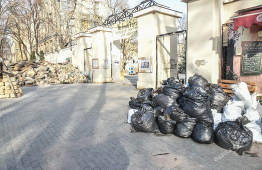 После субботника в Летнем театре одесский Горсад оказался завален строительным мусором