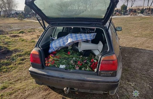 Грабители цветов на могилах задержаны в Одессе (ФОТО)