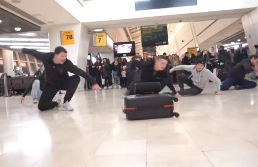 Артисты Одесской Оперы провели танцевальный флешмоб в нью-йоркском аэропорту