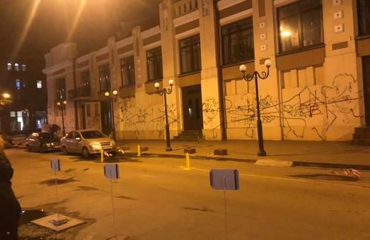 В Одессе вандалы поиздевались над театром (ФОТО)