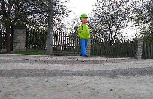 В селе Визирка в Одесской области возле пешеходных переходов установили пластмассовые фигуры школьников
