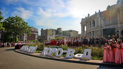 В Одессе 500 детей устроили гигантский хоровод у Оперного театра (ФОТО, ВИДЕО)