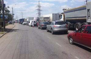 В районе Большевик протестующие с утра не пропускают грузовики в порт