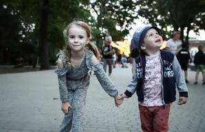 Детям из социально незащищённых семей помогли побывать на Фестивале китайских фонарей
