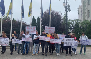 Одесситы проводят акцию протеста под офисом президента