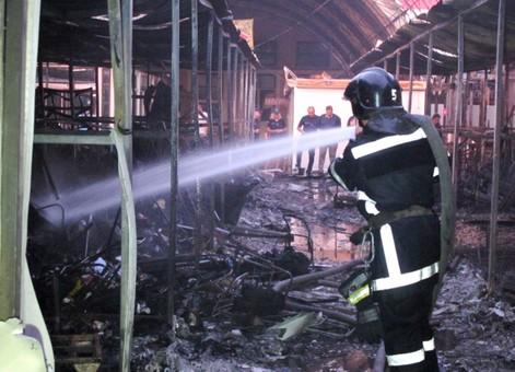 40 торговых павильонов уничтожил пожар на одесском рынке