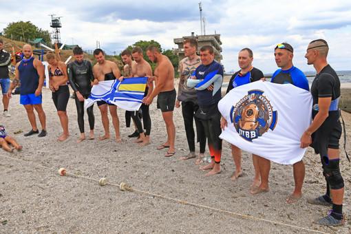 Украинские военные устроили заплыв в память о погибшем пограничнике