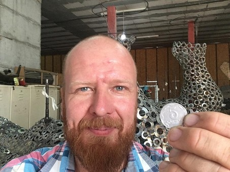 Более ста килограмм монет собрали украинцы для арт-объекта одесского скульптора