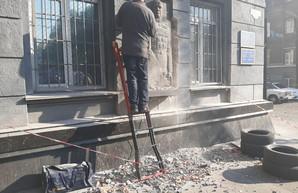 В Одессе со здания военкомата демонтируют барельеф Георгию Жукову