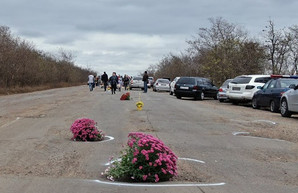 Под Одессой решили оригинальным образом привлечь внимание властей к состоянию автотрассы