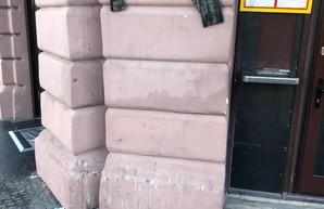 За информацию о вандалах, разбивших памятную доску одесскому евромайдановцу, пообещали награду