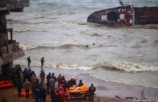 Одесские спасатели эвакуировали экипаж танкера Delfi