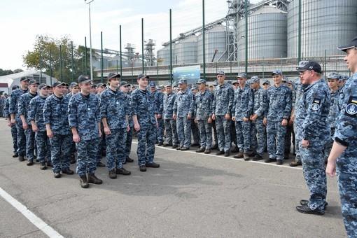 Вернувшихся из плена моряков в Одессе наградили «За верность вонинскому долгу»