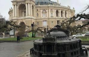 В Одессе рядом с Оперным театром появилась его уменьшенная копия