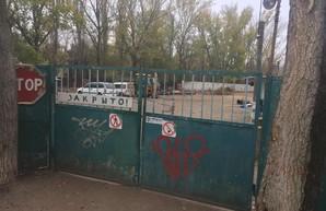 В Одессе суд отменил арест участка на Таирова, где шло незаконное строительство высотки