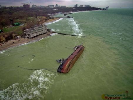Владелец танкера Delfi, севшего на мель у берегов Одессы, решил узнать состояние судна