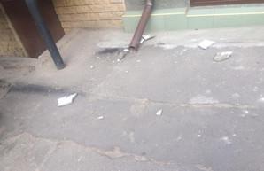 Одесситка получила травму головы из-за обрушившегося фрагмента фасада