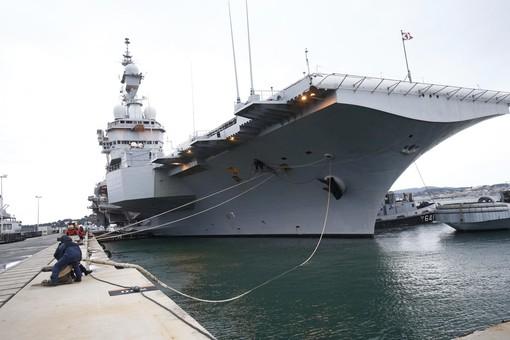 Франция поигрывает мускулами своего единственного авианосца перед Турцией
