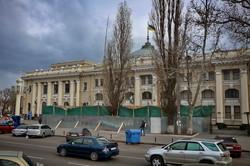 В Одессе демонтируют скандальный нахалстрой у железнодорожного вокзала
