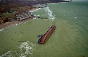 Танкер, севший на мель у берегов Одессы, судовладелец обещает убрать весной