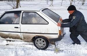 Около 70 машин в Одесской области освободили из снежного плена за сутки полицейские
