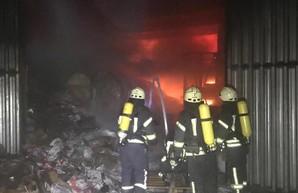 В Одессе ночью пожарные тушили склад