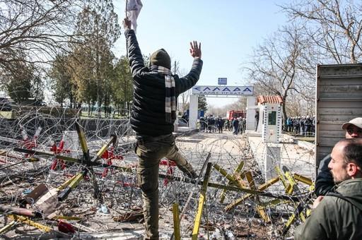 Геополитическая партия с беженцами на границе Турции и Греции