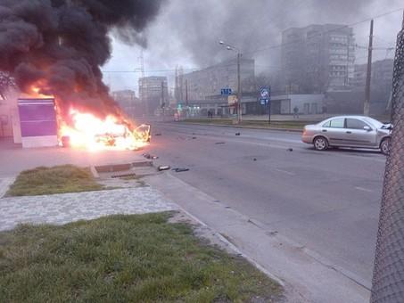 В Одессе из-за ДТП сгорел автомобиль и киоск с сигаретами