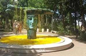 Вандалы атакуют фонтаны в Одессе желтой краской