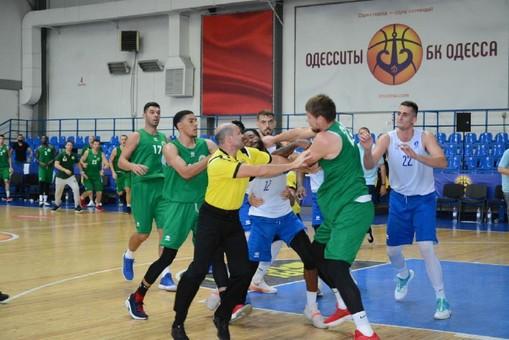 Баскетболиста из «Одессы» увезли в больницу после драки на матче